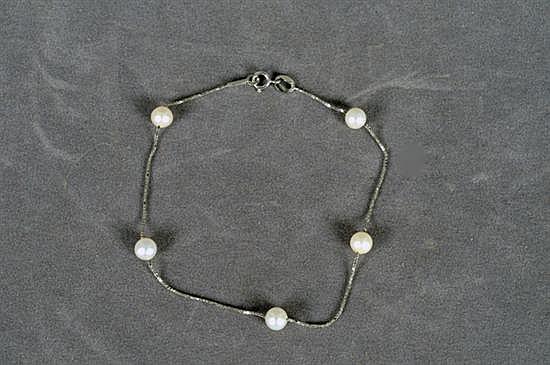 Pulsera. Elaborada en oro blanco de 14k Diseño de cadena con 5 perlas cultivadas en color blanco. Peso: 1.6 grs.