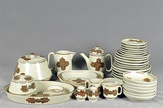 Vajilla. Origen mexicana. Marca Cairem. En cerámica. Con motivos vegetales. Consta de: Tetera, jarra, platos, tazas, otros. 44 pz.
