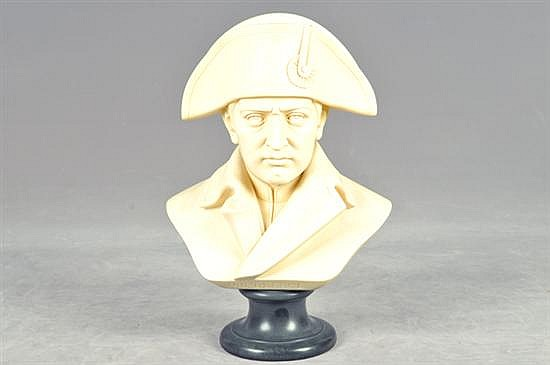 Busto de Napoleón. Elaborado en pasta, con base de metal. Diseño con indumentaria militar. Dimensiones: 35 cm.