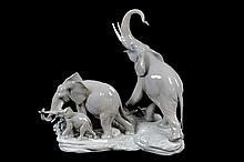 Familia de elefantes. Origen español. En porcelana Lladró.