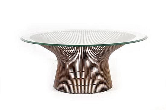 Mesa de centro. Diseño de Warren Platner (E.U.A. 1918-2006) Elaborada en varilla de acero curveada con cubierta circular de vidrio.