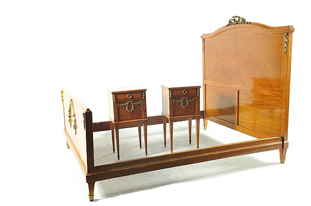 Recamara. Estilo Imperio. Elaborada en madera tallada y enchapada. Con aplicaciones de latón. Consta de: cama y par de burós. Piezas: 3