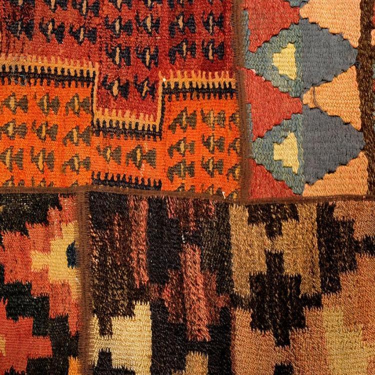 Alfombra ir n siglo xx elaborada en patchwork de lana co for Alfombras motivos geometricos