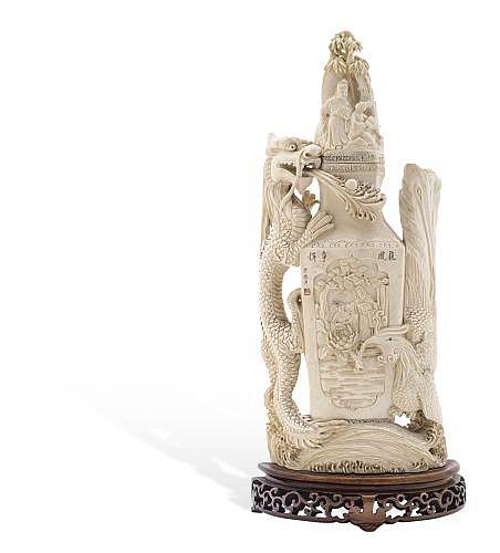 ÁNFORA. CHINA, SIGLO XX. Talla en marfil. Base de madera con decoración calada a manera de roleos. 34.5 cm de altura.