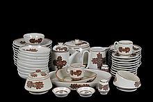 Vajilla. Origen mexicano. Elaborada en cerámica, color café. Decorada con motivos vegetales. Servicio para 10 personas. Piezas: 73
