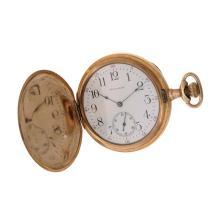 Reloj de bolsillo. Marca Waltham. Caja circular en chapa, con motivos florales. Corona de cebolla. Carátula blanca con índices arábigos