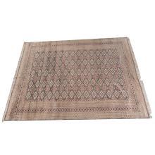 Alfombra. Siglo XX. Estilo Bokhara. Anudada a mano en fibras de lana y algodón. Diseño simétrico. Decorada con motivos romboidales.