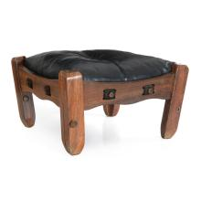 Don S. Shoemaker (Estados Unidos, 1917 - 1990). Silla otomana. Elaborada en madera tropical con asiento capitonado en piel color negro.