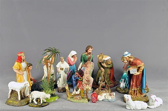 Nacimiento. En yeso. Diferentes tamaños y diseños. Consta de: Sagrada familia, pastores, reyes, animales y ángeles. Piezas: 75