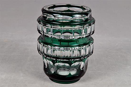Florero. Elaborado en cristal francés, color verde. Diseño geométrico facetado. Dimensiones: 19 x 12 cm.Ø