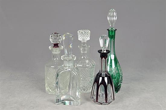 Lote de licoreras. Elaboradas en cristal. Diferentes tamaños. Diseños facetados. Presenta despostillados. Piezas: 5