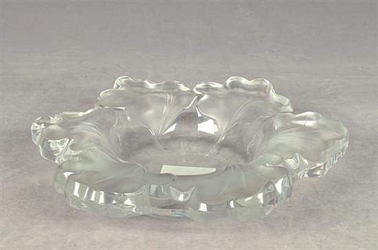 Centro de mesa. Origen francés. En cristal de Lalique. Diseño a manera de flor; esmerilado. Firmado. Dimensiones: 6 x 31 cm. Ø