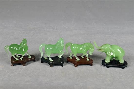 Figuras de animales. En vidrio, imitación de jade. Diferentes tamaños. Con bases de madera desprendibles. Piezas: 4