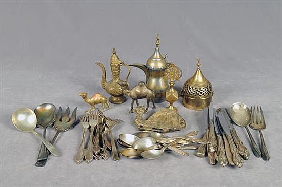 Lote de metal. Diferentes tamaños y diseños. Consta de: 44 cubiertos variados, incensario, 2 jarras, 3 camellos, otros. Piezas: 51