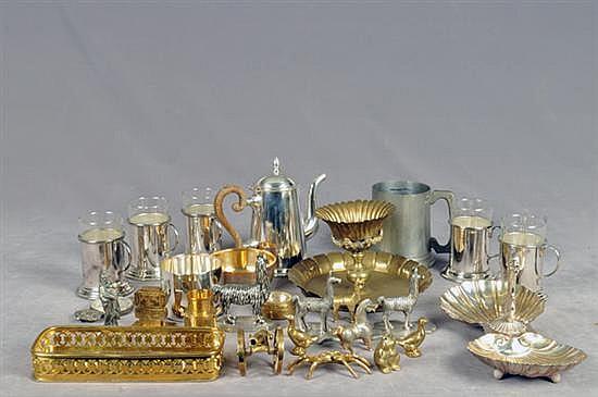 Lote de metal. Diferentes tamaños y diseños. Consta de: Braserillo, abrecartas, pastillero, botadero, animales, cañón, otros. 28 pz.