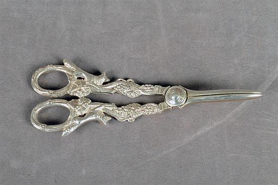Tijeras despabiladoras. Elaboradas en plata Birmingham. Sellada WB. Decorada con motivos vegetales y detalles animales.