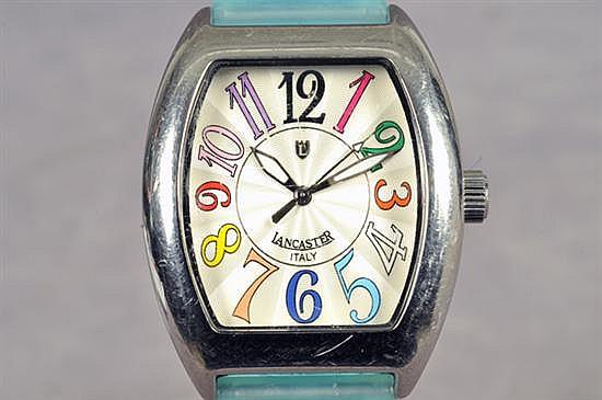 Reloj para caballero. Origen italiano. Marca Lancaster. En acero y sintético. Diseño con caja rectangular, esfera plateada, etc.
