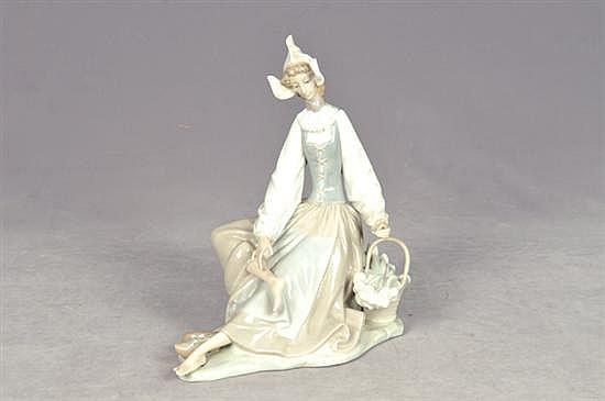 Holandesa. Origen español. Elaborada en porcelana Lladró, acabado brillante. Dimensiones: 25 cm.
