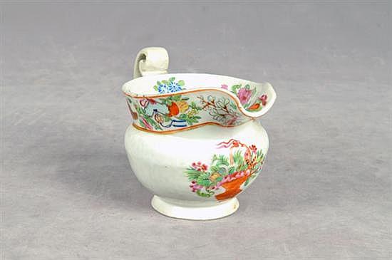 Cremera. En porcelana china de exportación, policromada. Decorada con motivos florales. Presenta restauraciones.
