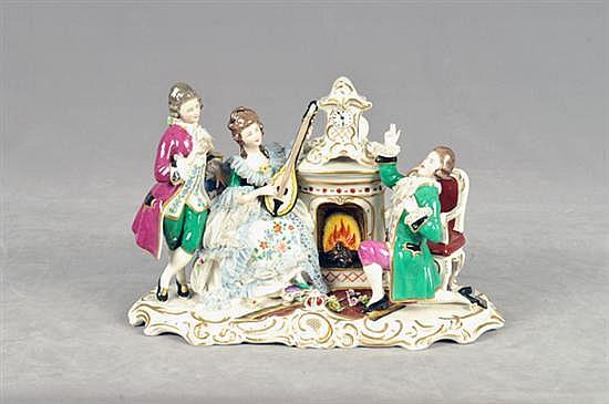Figura de porcelana. Origen alemán. En porcelana Dresden, acabado brillante. Diseño esmaltado en dorado. Con escena galante.