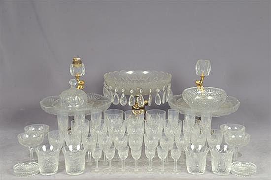 Lote de cristalería. Diferentes tamaños. Diseños facetados y diamantados. Consta de: 3 fruteros, bombonera, copas, vasos, otros. 122 p.