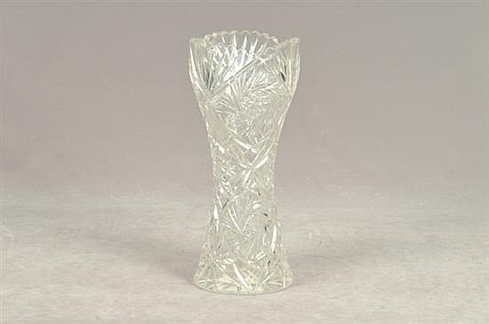 Florero. Elaborado en cristal cortado. Diseño facetado y diamantado. Presenta despostillados. Dimensiones: 30 cm.