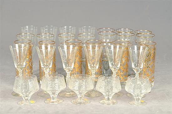 Lote de copas y vasos. Elaboradas en cristal y vidrio. Diferentes tamaños. Diseños esmaltados, de pepita y facetados. Piezas: 39
