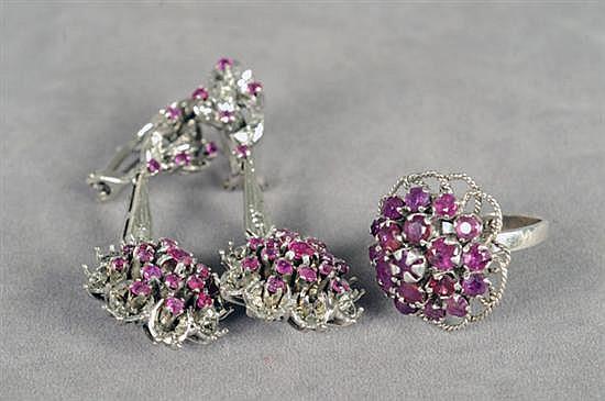 Par de aretes largos y anillo. Medida 6. En paladio. Diseño con rubíes en corte redondo y brillantes corte 8x8. Peso: 16.6 grs. 2 pz.