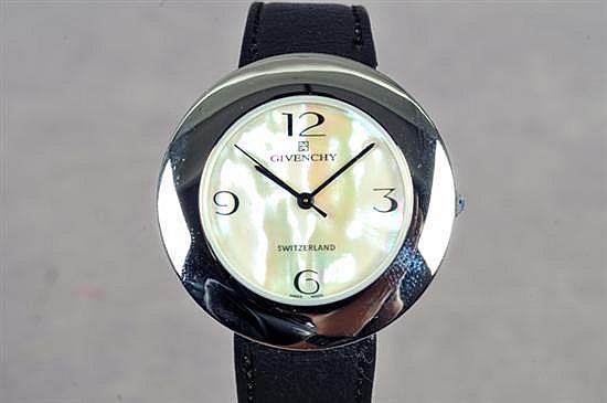 Reloj. Marca Givenchy (Nuevo) En acero. Mecanismo suizo de cuarzo, sin batería. Con caja circular, esfera en imitación de concha.