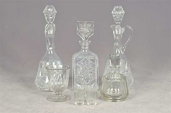 Lote de cristalería. Diferentes tamaños. Diseños facetados. Consta de: 3 licoreras, juego de licorera con 4 vasos y copa. Piezas: 9
