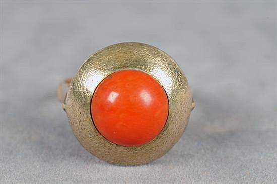 Anillo. Medida 6. Elaborado en oro de 11k. Diseño con coral rojo. Peso: 4.5 grs.