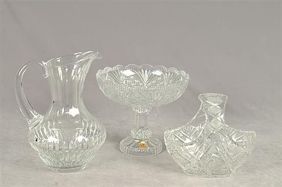 Lote de cristalería. Diseños facetados y diamantados. Consta de: Jarra, centro de mesa (canasta) y dulcero (Nachtmann). Piezas: 3