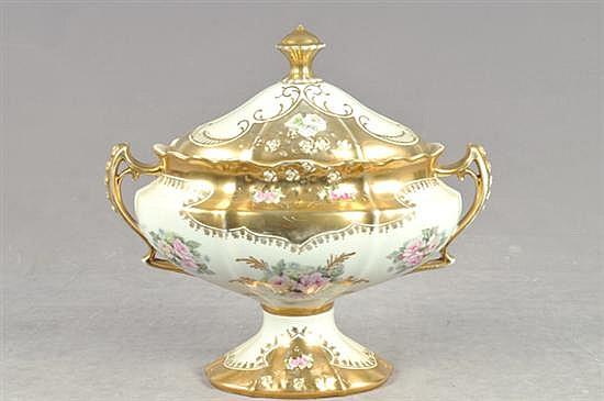 Sopera. Elaborada en porcelana Royal Crown, color blanco. Diseño con detalles esmaltados en dorado. Decorado con motivos florales.