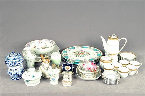 Lote de porcelana y cerámica. Diferentes tamaños y diseños. Consta de: Platones, centros de mesa, ceniceros, perfumeros, otros. 40 pz.