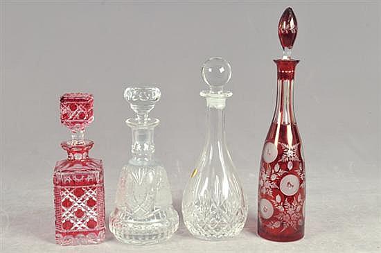 Licoreras. Elaboradas en cristal cortado. Diseños facetados. 2 de Bohemia y 2 en color rojo. Presentan despostillados. Piezas: 4