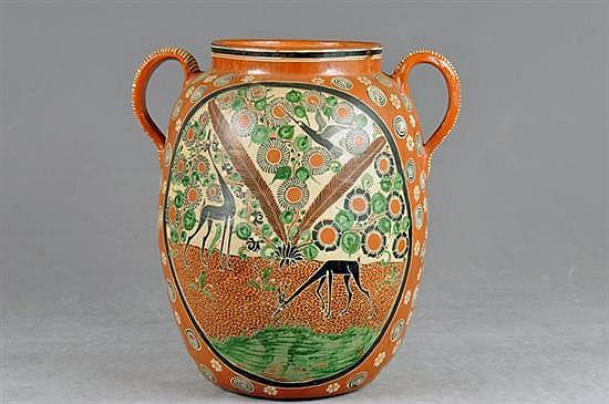 Jarrón de Tonalá. En cerámica de petatillo. Diseño a dos asas. Decorado con motivos animales en cartela y detalles florales.