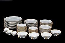 Vajilla. Origen alemán. Elaborada en porcelana Rosenthal. Con esmalte dorado en bordes. Servicio para 12 personas. Piezas: 94