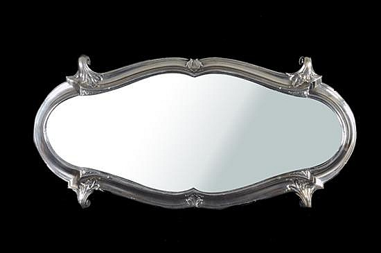 Centro de mesa. Origen francés, S. XIX. Metal plateado. Base de espejo con luna biselada. Decoración con motivos vegetales. 33 x 65 cm.
