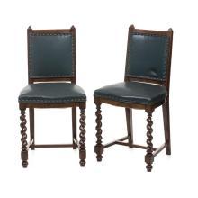Par de sillas. Francia. Siglo XX. Elaboradas en madera tallada de roble. En tapicería de piel color verde. Decorado con remaches.