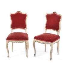 Par de sillas. Siglo XX. Estilo Luis XV. Elaboradas en madera tallada y laqueada color beige. Respaldos y asientos en terciopelo rojo.