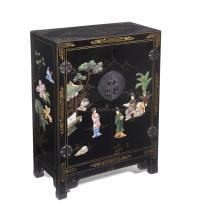 Cómoda. Siglo XX. Estilo Oriental. Elaborada en madera laqueada color negro. Con 2 puertas y aplicaciones de piedra jabonosa.