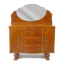 Cómoda con espejo. Siglo XX. Elaborada en madera tallada. Con cubierta rectangular, espejo superior de luna irregular biselada.