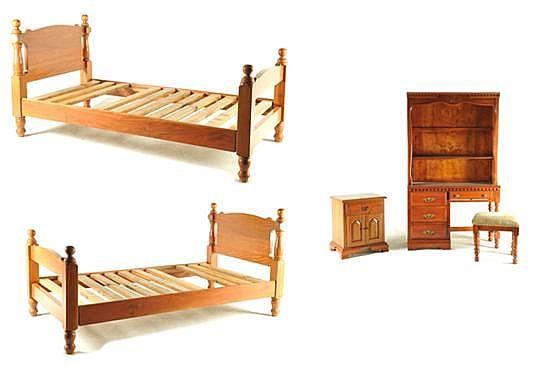 Recámara gemela. Elaborada en madera. Consta de: a) Escritorio con librero. b) Taburete. c) Buró. d) Par de camas individuales. 4 pz.