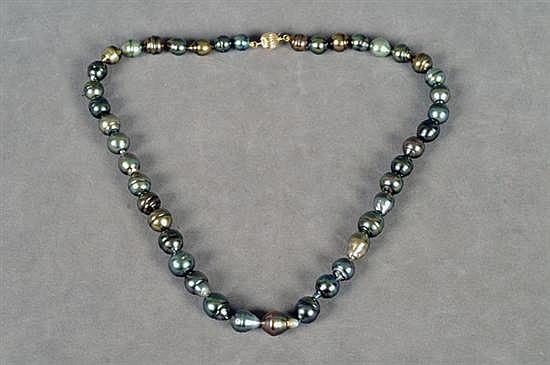 Collar. Elaborado a un hilo, con 42 perlas tahitianas anilladas en tonos gris, marrón y verde. Con broche de oro de 14k.