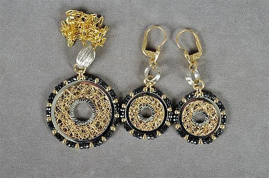 Juego de cadena con pendiente y par de aretes. Origen italiano. En oro de 14k. Diseño a tres tonos con remates de semipreciosas. 3 pz.