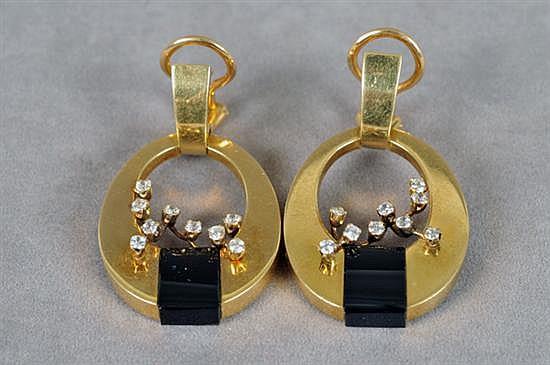Par de aretes. Elaborados en oro de 18k. Diseño con dos plaquillas de onix y circonias. Peso: 22.1 grs.