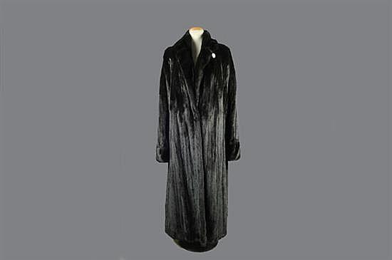 Abrigo largo. Marca Birgen Christensen. En piel de mink, black diamond. Diseño con 2 bolsillos exteriores y nombre. Talla grande.