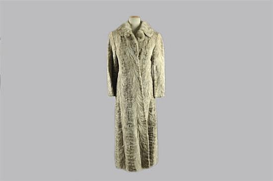 Abrigo largo. Marca Zoo Furs. Elaborado en piel de mink, color gris. Diseño con dos bolsillos exteriores y forro azul. Talla mediana.