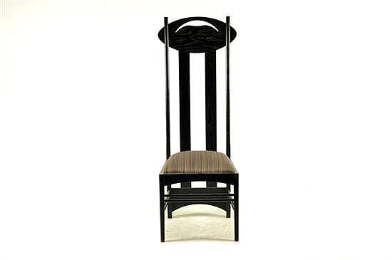 Silla Argyle. Elaborada en madera laqueada. Diseño Mackintosh. Con respaldo calado, asiento acojinado en tapicería púrpura.