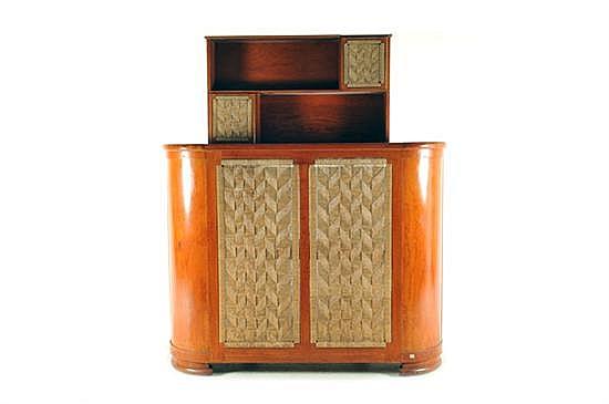 Cantina. Elaborada en madera. Diseño curvo a dos niveles, con frente tejido en fibra de maguey. Incluye repisero superior. Piezas: 2